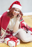La Navidad e ideas y conceptos del Año Nuevo Rojo caucásico sonriente Foto de archivo libre de regalías