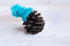 La Navidad: el terrón en el sombrero azul, decoración para la Navidad tr Fotografía de archivo libre de regalías