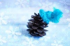 La Navidad: el terrón en el sombrero azul, decoración para la Navidad tr Imagenes de archivo