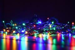 La Navidad empañó luces en fondo negro con el espacio de la copia Reflexiones coloridas abstractas de bulbos en un árbol de navid Imagen de archivo