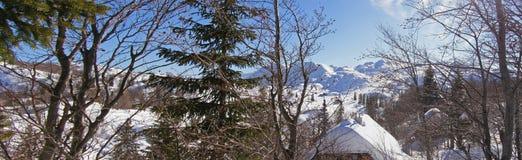 La Navidad en el panorama de las montañas Fotos de archivo