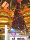 La Navidad en Galeries Lafayette fotos de archivo libres de regalías