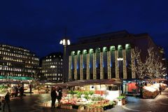 La Navidad en Hötorget en Estocolmo Foto de archivo