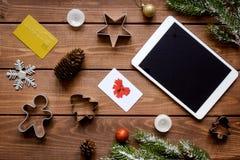 La Navidad en línea de las compras con la opinión superior del fondo de madera de la e-tableta Imágenes de archivo libres de regalías