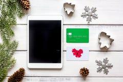 La Navidad en línea de las compras con la opinión superior del fondo de madera de la e-tableta Imagenes de archivo