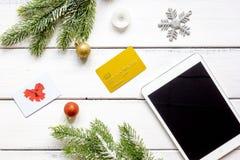 La Navidad en línea de las compras con la opinión superior del fondo de madera de la e-tableta Fotos de archivo