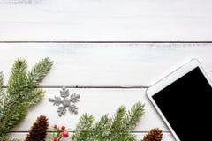 La Navidad en línea de las compras con la opinión superior del fondo de madera de la e-tableta Foto de archivo