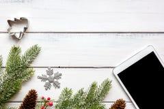 La Navidad en línea de las compras con la opinión superior del fondo de madera de la e-tableta Fotos de archivo libres de regalías