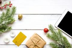 La Navidad en línea de las compras con la opinión superior del fondo de madera de la e-tableta Foto de archivo libre de regalías