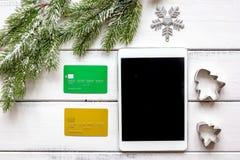 La Navidad en línea de las compras con la opinión superior del fondo de madera de la e-tableta Imagen de archivo libre de regalías