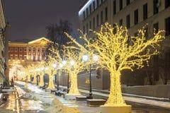 La Navidad en Moscú Carril festivamente adornado de Stoleshnikov en el MES Imagenes de archivo