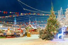 La Navidad en Moscú ` S del Año Nuevo justo en el cuadrado rojo El insc Fotos de archivo libres de regalías