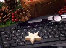 La Navidad en la oficina Una estrella hecha a mano en el teclado Cierre Fotos de archivo