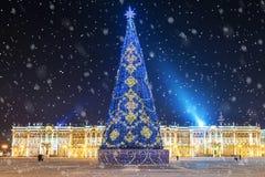 La Navidad en St Petersburg Cuadrado festivamente adornado i del palacio Foto de archivo libre de regalías