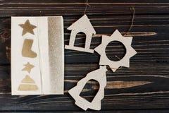 La Navidad envolvió la actual caja y los juguetes simples del eco en bla elegante Fotos de archivo libres de regalías
