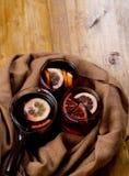 La Navidad estacional y de los días de fiesta del concepto reflexionó sobre el vino con las rebanadas anaranjadas hermosas dentro imagenes de archivo