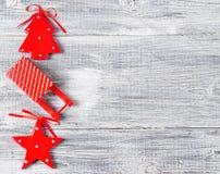 La Navidad, estrella roja del fondo del Año Nuevo, árbol spruce, ciervo en una tabla de madera gris Foto de archivo libre de regalías