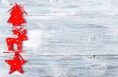 La Navidad, estrella roja del fondo del Año Nuevo, árbol spruce, ciervo en una tabla de madera gris Imagenes de archivo