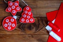 La Navidad fácil hace los ornamentos a mano Estrella, árbol de navidad y bola del fieltro en un fondo de madera marrón con el cop Imágenes de archivo libres de regalías