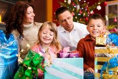 La Navidad - familia con los regalos en Navidad Eve Foto de archivo libre de regalías