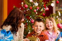 La Navidad - familia con los regalos en Navidad Eve Imagen de archivo