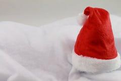 La Navidad feliz del día de fiesta con el sombrero rojo de la Navidad aislado Imágenes de archivo libres de regalías