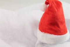 La Navidad feliz del día de fiesta con el sombrero rojo de la Navidad aislado Imagen de archivo