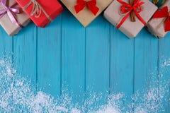 La Navidad, fondo de los días de fiesta del Año Nuevo Cajas de regalo y snowflak Fotos de archivo