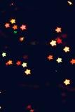 La Navidad, fondo del Año Nuevo con el bokeh hermoso de las estrellas de la guirnalda colorida se enciende Fotografía de archivo
