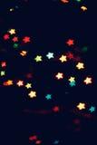 La Navidad, fondo del Año Nuevo con el bokeh hermoso de las estrellas de la guirnalda colorida se enciende Fotos de archivo libres de regalías