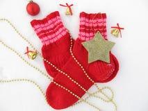 La Navidad, fondo del ` s del Año Nuevo con los calcetines calientes, campanas, estrellas, gotas Imagen de archivo libre de regalías