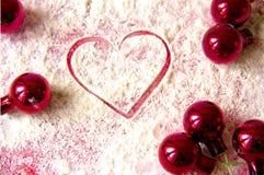 La Navidad: forma del corazón y decoraciones rojas Imágenes de archivo libres de regalías