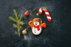 La Navidad Galletas del bastón del muñeco de nieve y de caramelo del pan de jengibre Imagen de archivo libre de regalías