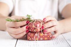 La Navidad hecha a mano o regalos del Año Nuevo en fondo de madera Imagenes de archivo