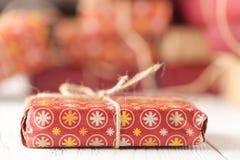 La Navidad hecha a mano o regalos del Año Nuevo en fondo de madera Imagen de archivo libre de regalías