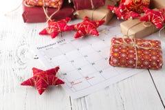 La Navidad hecha a mano o regalos del Año Nuevo en fondo de madera Fotografía de archivo libre de regalías