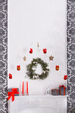 La Navidad hermosa adornó la chimenea en el interior moderno, concepto del día de fiesta Imagenes de archivo