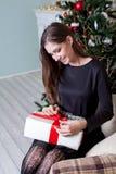 La Navidad hermosa de los regalos del Año Nuevo de la muchacha Foto de archivo
