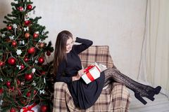 La Navidad hermosa de los regalos del Año Nuevo de la muchacha Imagen de archivo
