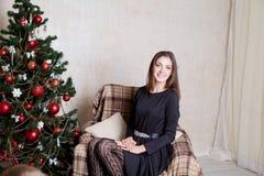 La Navidad hermosa de los regalos del Año Nuevo de la muchacha Imagen de archivo libre de regalías