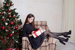 La Navidad hermosa de los regalos del Año Nuevo de la muchacha Fotografía de archivo libre de regalías