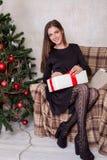 La Navidad hermosa de los regalos del Año Nuevo de la muchacha Fotos de archivo libres de regalías