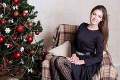 La Navidad hermosa de los regalos del Año Nuevo de la muchacha Fotos de archivo