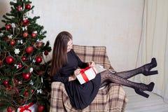 La Navidad hermosa de los regalos del Año Nuevo de la muchacha Foto de archivo libre de regalías