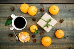 La Navidad, invierno, concepto del Año Nuevo con la caja ceñida arte, taza de café, anís y fruta cítrica en fondo de madera Endec Imágenes de archivo libres de regalías