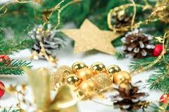 La Navidad Joyería de la Navidad en las ramas del abeto, esferas del oro, guirnaldas, una estrella grande del oro de un ishishka  imagen de archivo