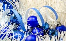 La Navidad juega bolas en la decoración blanca Foto de archivo