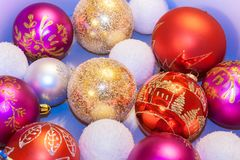 La Navidad juega bolas rojas, blancas, de oro está mintiendo en backgr azul Foto de archivo