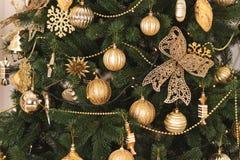 La Navidad juega color de oro en el árbol Imagenes de archivo