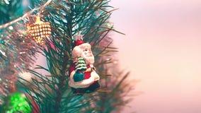 La Navidad juega la ejecución en el árbol almacen de metraje de vídeo